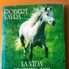 Libros de segunda mano: LA VIDA SECRETA DEL CABALLO / POR ROBERT VAVRA . Lote 179059307