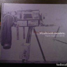 Libros de segunda mano: MIRALLS AMB MEMÒRIA. FOTOGRAFIA I FOTÒGRAFS, GIRONA 1860-1940.. Lote 182357016