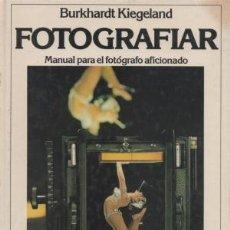 Libros de segunda mano: FOTOGRAFIAR. MANUAL PARA EL FOTÓGRAFO AFICIONADO. BURKHARDT KIEGELAND. Lote 194684877