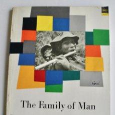 Libros de segunda mano: CATÁLOGO EXPOSICIÓN. THE FAMILY OF MAN. EDWARD STEICHEN. MUSEUM OF MODERN ART, NY, 1955. Lote 194704218