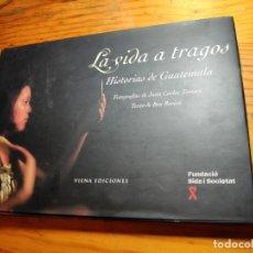 Libros de segunda mano: LA VIDA A TRAGOS : HISTORIAS DE GUATEMALA. ROVIRA, BRU.. Lote 195345115