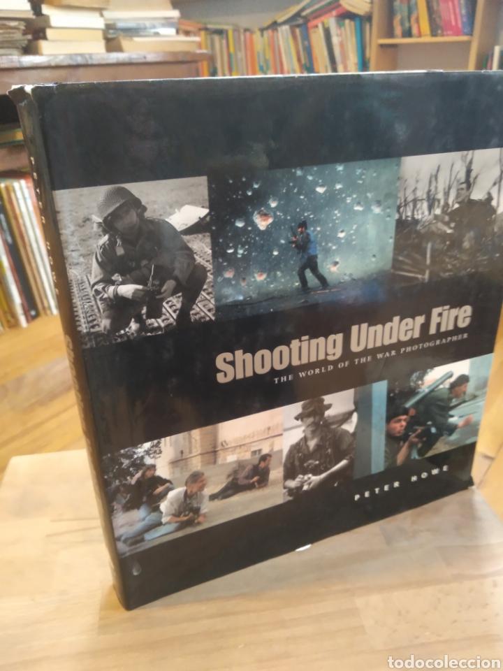 SHOOTING UNDER FIRE. PETER HOWE (Libros de Segunda Mano - Bellas artes, ocio y coleccionismo - Diseño y Fotografía)