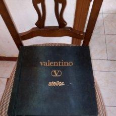 Libros de segunda mano: MUY INTERESANTE MUESTRARIO VALENTINO ATELIER CON PRECIOSOS DISEÑOS. PRIMAVERA VERANO 1992. NUMERADO. Lote 211749566