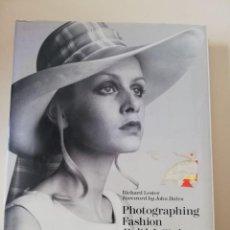 Libros de segunda mano: PHOTOGRAPHING FASHION : BRITISH STYLE IN THE SIXTIES - MODA 60S. Lote 213542991