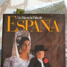 Libros de segunda mano: UN DIA EN LA VIDA DE ESPAÑA.. Lote 214936660