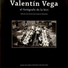 Libros de segunda mano: VALENTÍN VEGA EL FOTÓGRAFO DE LA BICI. EDICIÓN DE ASUNCIÓN GARCÍA-PRENDES. ASTURIAS. GIJÓN.. Lote 235129060