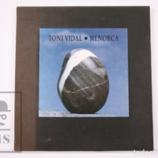 Libros de segunda mano: CARPETA NUMERADA - TONI VIDAL. MENORCA - NÚM. 349 - FOTOGRAFÍAS Y POEMAS - AÑO 1991. Lote 236174370