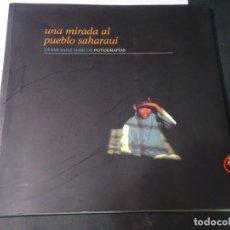 Libros de segunda mano: UNA MIRADA AL PUEBLO SAHARAUI , FOTOS CESAR SANZ MARCOS, VER FOTOS. Lote 240477930