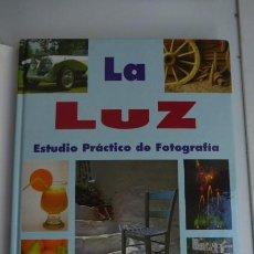Libros de segunda mano: LA LUZ, EN LA FOTOGRAFIA...... Lote 271048253