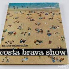 Libros de segunda mano: COSTA BRAVA SHOW - XAVIER MISERACHS, 1966 ED. KAIROS. 23X27CM.. Lote 289196803
