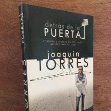 Libros de segunda mano: - LIQUIDACION!!! - DETRAS DE LA PUERTA - JOAQUIN TORRES - ILUSTRADO - LA ESFERA DE LOS LIBROS. Lote 203759008