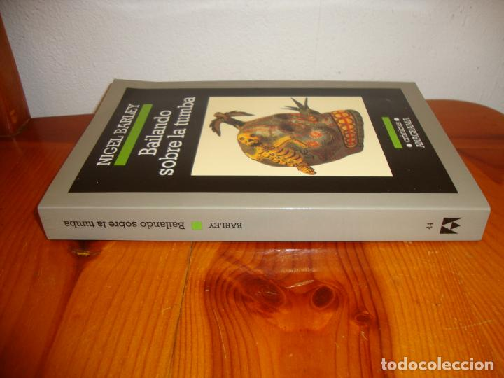 Libros de segunda mano: BAILANDO SOBRE LA TUMBA - NIGEL BARLEY - ANAGRAMA, MUY BUEN ESTADO - Foto 2 - 222617033