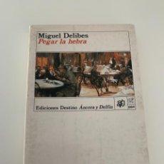 Libros de segunda mano: PEGAR LA HEBRA POR MIGUEL DELIBES DE ED. DESTINO EN BARCELONA 1991 6ª EDICIÓN. Lote 271053033