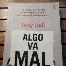 Libros de segunda mano: ALGO VA MAL - TONY JUDT TAURUS 2011.. Lote 293687088