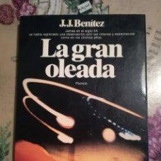 Libros de segunda mano: LA GRAN OLEADA - J.J. BENÍTEZ - 1ª EDICIÓN MARZO 1982 - CON FOTOGRAFÍAS.. Lote 126662775
