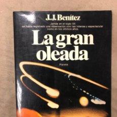 Libros de segunda mano: LA GRAN OLEADA. J.J. BENÍTEZ. EDITORIAL PLANETA 1982 (1ªEDICIÓN). ILUSTRADO. 216 PÁGINAS.. Lote 182520737