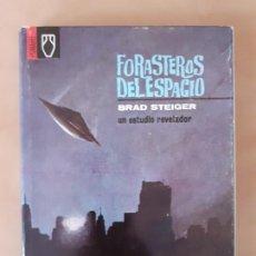Libros de segunda mano: FORASTEROS DEL ESPACIO - BRAD STEIGER - EDITORIAL POMAIRE -TAPA DURA Y SOBRECUBIERTA. Lote 204645305