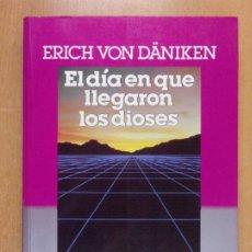 Libros de segunda mano: EL DÍA QUE LLEGARON LOS DIOSES / ERICH VON DÄNIKEN / 1ª ED 1985 PLAZA & JANES. Lote 222654858