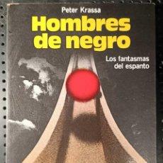 Libros de segunda mano: LIBRO HOMBRES DE NEGRO, PETER KRASSA, 1982. Lote 281966453