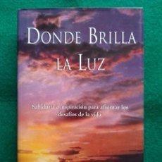 Libros de segunda mano: DONDE BRILLA LA LUZ - PARAMAHANSA YOGANANDA - TAPA DURA (PRIMERA EDICION 2000). Lote 248159675