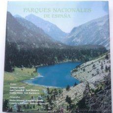 Libros de segunda mano: PARQUES NACIONALES DE ESPAÑA (VVAA) LUNWERG (1999) FOTOGRAFÍAS E ILUSTRACIONES. CON CAJA - ESTUCHE!. Lote 37422905