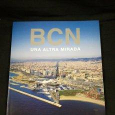 Libros de segunda mano: LLIBRE GRAN FORMAT . BCN UNA ALTRA MIRADA BARCELONA - FOTOGRAFIES DOMINIQUE VIET. Lote 108386671