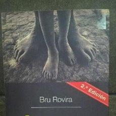 Libros de segunda mano: BRU ROVIRA.ÁFRICAS COSAS QUE PASA NO TAN LEJOS.. Lote 144265374