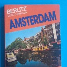 Libros de segunda mano: AMSTERDAM. GUÍA TURÍSTICA. 1980. BERLITZ. ETIQUETA EN PÁGINA DE CORTESÍA. 128 PÁG. 10 X 14,5 CM. . Lote 151565558