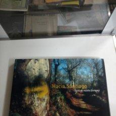 Libros de segunda mano: HACIA SANTIAGO FOTOS DE ADOLFO ENRÍQUEZ. Lote 194333626