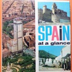 Libros de segunda mano: SPAIN AT A GLANCE - EN INGLÉS - 1964 ?? - VER INDICE - COMO NUEVO. Lote 194357328
