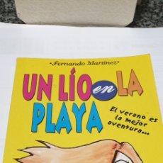 Libros de segunda mano: UN LÍO EN LA.PLAYA . FERNANDO MARTINEZ. Lote 199247858