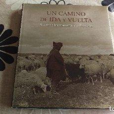Livres d'occasion: UN CAMINO DE IDA Y VUELTA, LA TRASHUMANCIA EN ESPAÑA. Lote 202828611