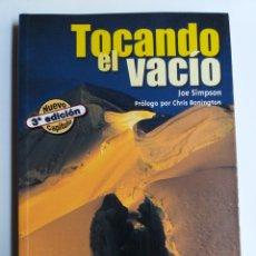 Libros de segunda mano: TOCANDO EL VACÍO JOE SIMPSON . . RUTAS MONTAÑA. Lote 236719610
