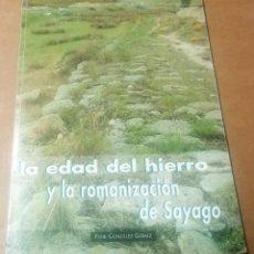 Libros de segunda mano: FLOR GONZÁLEZ GÓMEZ, LA EDAD DEL HIERRO Y LA ROMANIZACIÓN DE SAYAGO, 2000. Lote 236649205