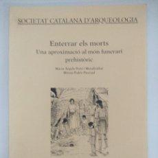 Libros de segunda mano: LIBRO ARQUEOLOGIA/ENTERRAR ELS MORTS/UNA APROXIMACIO AL MON FUNERARI PREHISTORIC.. Lote 236689840