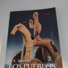 Libros de segunda mano: LOS PUEBLOS DEL MAR. INVASORES DEL MEDITERRÁNEO N.K.SANDARS. Lote 262444110