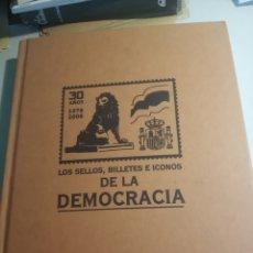 Libros de segunda mano: LOS SELLOS, BILLETES E ICONOS DE LA DEMOCRACIA. Lote 175448380