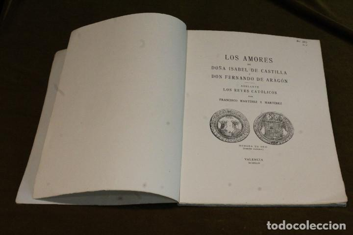 Libros de segunda mano: Los amores de Doña Isabel de Castilla y Don Fernando de Aragón por Francisco Martínez y Martínez. - Foto 2 - 208375420