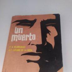 Libros de segunda mano: UN MUERTO. F.A.VILARRUBIAS Y F. J. LIZCANO DE LA ROSA. DEDICADO A GABRIEL ARIAS SALGADO POR AUTORES. Lote 262258300