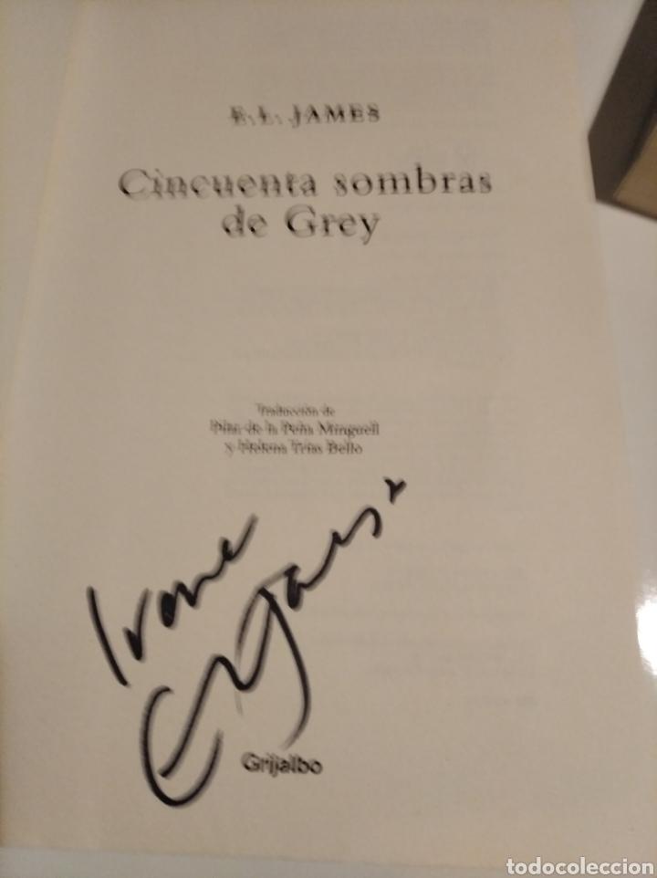 Libros de segunda mano: ,50 SOMBRAS DE GREY . COMPLETA AUTOGRAFO A MANO FIRMADOS POR LA AUTORA - Foto 2 - 235692365