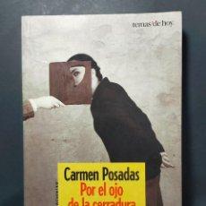 Libros de segunda mano: POR EL OJO DE LA CERRADURA CARMEN POSADAS EDICIONES TEMAS DE HOY 2001. Lote 287848338