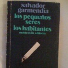 Libros de segunda mano: LOS PEQUEÑOS SERES/LOS HABITANTES, DE SALVADOR GARMENDÍA. MONTE ÁVILA, CARACAS, 1985. Lote 32817139