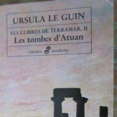 Libros de segunda mano: LES TOMBES D´ATUAN DE URSULA LE GUIN (EDHASA). Lote 121215295