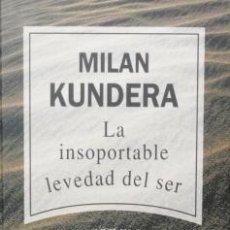Livros em segunda mão: LA INSOPORTABLE LEVEDAD DEL SER / MILAN KUNDERA / RBA Nº 3 / MUNDI-421 , PERFECTO ESTADO. Lote 57452971