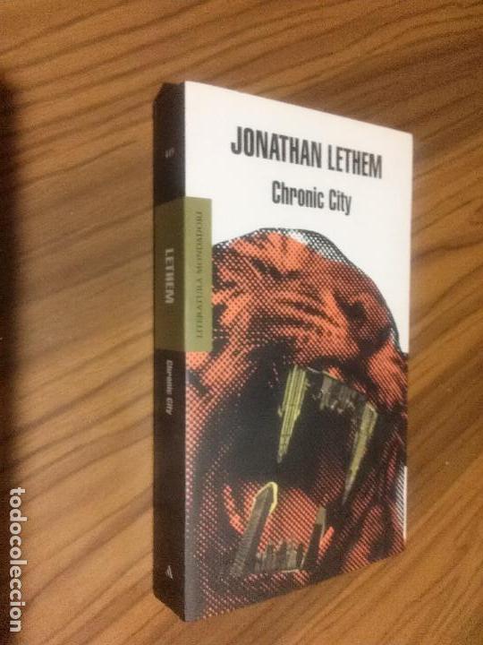 JONATHAM LETHEM. CHRONIC CITY. MONDADORI. BUEN ESTADO. RÚSTICA. LE FALTA UNA PÁGINA BLANCA. RARO (Libros de Segunda Mano (posteriores a 1936) - Literatura - Narrativa - Otros)