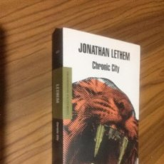 Libros de segunda mano: JONATHAM LETHEM. CHRONIC CITY. MONDADORI. BUEN ESTADO. RÚSTICA. LE FALTA UNA PÁGINA BLANCA. RARO. Lote 147782562