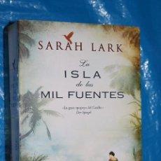 Libros de segunda mano: LA ISLA DE LAS MIL FUENTES, SARAH LARK, EDICIONES B 2013. Lote 85808176