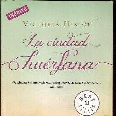 Libros de segunda mano: LA CIUDAD HUERFANA VICTORIA HISLOP DEBOLSILLO. Lote 103754775