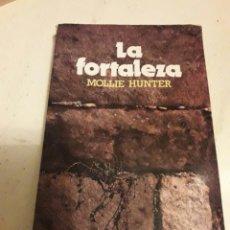 Libros de segunda mano: LA FORTALEZA. MOLLIE HUNTER. SM 1974. LIBRO. Lote 103971668