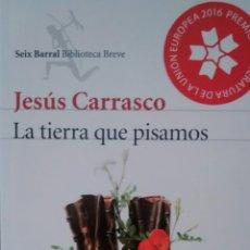 Libros de segunda mano: LA TIERRA QUE PISAMOS DE JESÚS CARRASCO (SEIX BARRAL) (NUEVO A ESTRENAR)(A1). Lote 107522223
